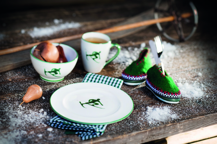 TONI | Der Skifahrer by Gmundner Keramik.  Dessertteller 22 cm, Müslischale Ø 14 cm und Frühstückbecher 0,3l in den Farben Grün, Rubinrot und Grau erhältlich.