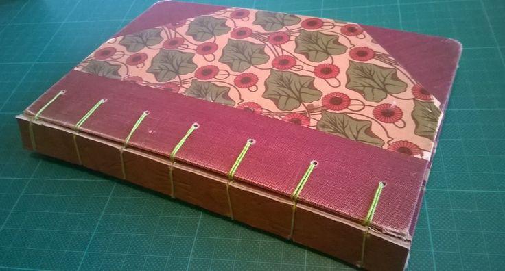 """Belgialainen salasidos, jossa selkänä kolminkertainen """"nahkakakku"""". Kirja löytyi kirpparilta, mutta kaipasi uutta selkää."""