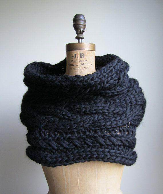 Cable sobredimensionado teje bufanda capucha negro por Happiknits