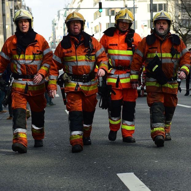 Vigili del Fuoco belgi in azione dopo gli attentati di oggi a #Bruxelles