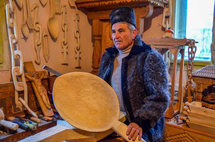 """""""De 50 de ani lucrez cu lemnul… Aveam douăzeci de ani când am început prima dată. Am învățat de la alți meșteri meseria, din Bârsana și din alte părți…de la fiecare am învățat câte un element pe care vroiam să-l stăpânesc. """"  Continuarea poveștii o poți afla pe: http://zigzagprinromania.com/sculptorul-din-barsana"""