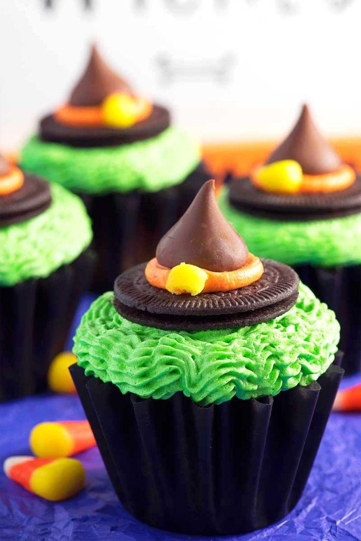 Sombrero de la bruja magdalenas!  Un regalo de bruja festivo que es fácil de hacer!  Hecho con pastelitos de chocolate, crema de mantequilla glaseado de colores, Oreo enrarece, los besos de Hershey, y piezas de maíz dulce.  |  HomemadeHooplah.com