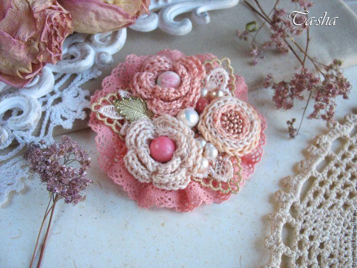 Купить или заказать 'Розовый коралл'  брошь в интернет-магазине на Ярмарке Мастеров. Невероятно нежная, милая брошь в сливочно-коралловых тонах. Каждый цветочек броши, как маленькая миниатюра, а вместе смотрятся, как стильный букет. Брошь выполнена из пряжи кораллового и абрикосового цветов, украшены натуральными камнями и бисером. В качестве декоративных элементов броши использованы кружевные листики, хлопковое кружево. Натуральные камни: агат тонированный, розовая яшма, розовый коралл…