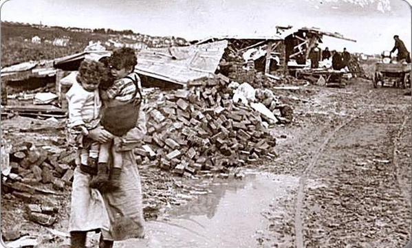 1940-1950 yılları arasında bir dönemde... Mecidiye Köy... Bir yıkımın fotoğrafı... #istanbul #istanlook