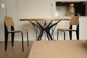 JID(日本インテリアデザイナー協会)AWARD2017 NEXTAGE部門受賞しました!オーク柾目とアイアンの丸テーブル。テーブルの脚をアイアンできれいな形にしたいと考えた時に頭に浮かぶのはフランスの建築家ジャン・プルーヴェのデザイン。その有機的な形に東京タワーやエッフェル塔のように細かい線が重なった繊細さ、「そんな形で壊れないの?」というバランス感。その要素を取り入れたいと思い形を考えていきました。ブーメランのような形をした5枚の鋼板が中心に向かっていくけど中心は接していない。 それを支えるかのように細いパイプが重なっていく、自転車のスポークがねじりを入れたり溶接して剛性を出すように。そしてこの形が出来上がりました。木材の表情の美しさと金属の特性を活かした複雑な造形の美しさを込めたテーブル「Libra」。直径1300mm、厚み25mmのナラ板目材の天板に、レーザーで切り出した鋼材の羽を細い糸で編むようにパイプを交差させて緊張感を生み出した円卓です。スチール部分のカラーはマットブラックで、メラミン焼付塗装仕上げになっております。5~6人で十分に食事ができます。