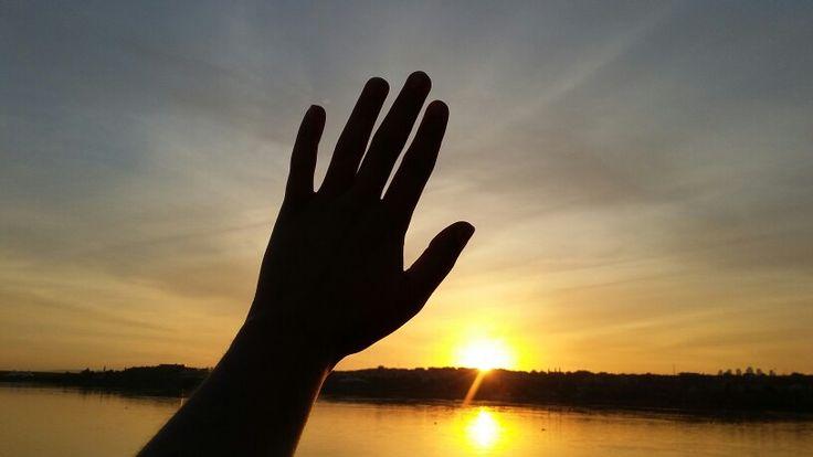 Özgürlük dokunamadıgın herseye dokunmaktır bazen..  #hand #günbatımı