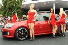 """Anime GTI: la festa a Wörthersee   Buon compleanno GTI  – PHOTO GALLERY  Festa al """"Wörthersee Treffen"""" per i 35 anni della Golf GTI e per le passerelle delle nuove creazioni del Gruppo VW. Con Golf24, GTI Edition35 e Reifnitz, Cabrio R, ecco Audi A1 Clubsport Quattro, e il concept Skoda Roadster...."""