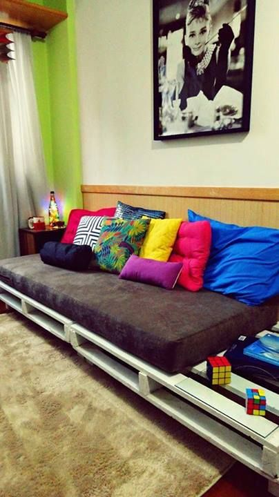 Almofadas coloridas e cama                                                                                                                                                     Mais