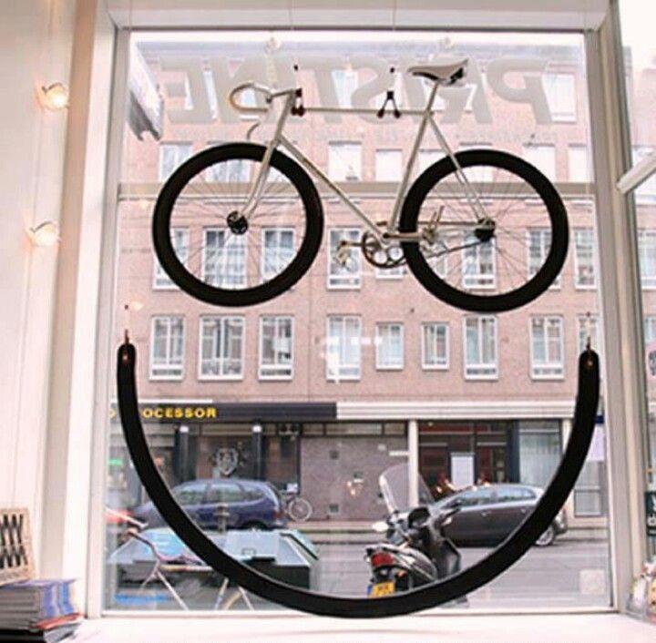 Mireia: ¡Qué tengas un feliz día! La bicicleta creando los ojos de la cara y transmitiendo alegría el escaparate. ¡Cómo para no entrar con una sonrisa en la tienda!