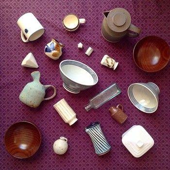 毎日使う茶碗や味噌汁碗は、小さな花器や箸置きと共に食器棚に。