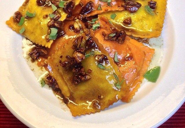 La ricetta dei  ravioli con crema di zucca e noci per portare in tavola un pranzetto sfizioso
