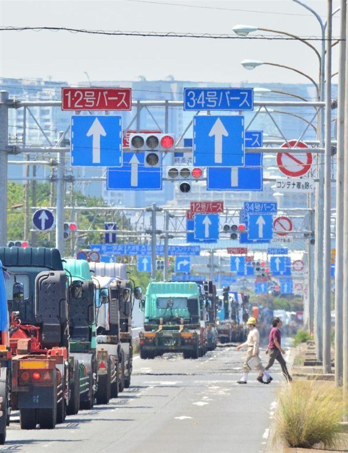 東京湾のバース(船舶の停泊所)などへ続く、車線を示す矢印の標識=東京都大田区(宮崎瑞穂撮影)
