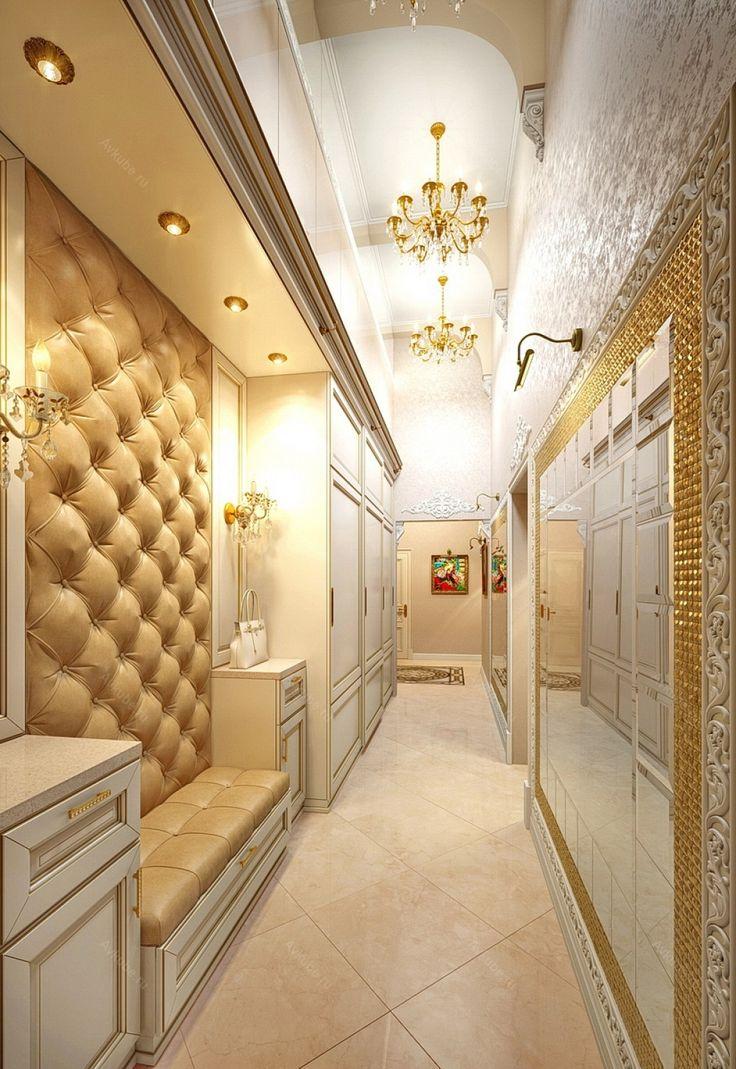 Хрусталь, золото, кожа и мрамор - яркие атрибуты роскошного интерьера прихожей.