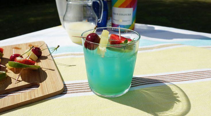 Åretsmest läskande pride-drink gör du med lime, ananas och bubbel! Ett enkelt recept som blir en färgsprakande drink. Välj ett torrt vitt mousserande vin. Lägg gärna lite extra energi på garnityret och toppa med frukt och bär som du gillar. More is more!
