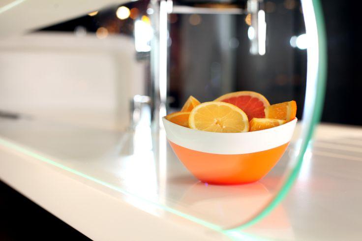 Nowoczesna, owalna miska z serii Livio polsko-włoskiej marki Vialli Design. Produkt został wykonany z wysokiej jakości akrylu. Oryginalny i przyciągający uwagę design miski sprawia, że naczynie pełni nie tylko funkcję praktyczną ale również dekoracyjną na stole.