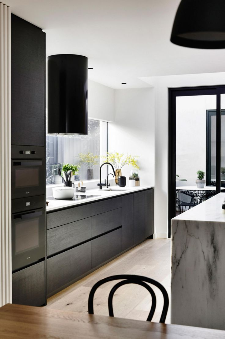 Een Modern interieur: een prachtig woonhuis met een yoga studio erbij! Inspirerend, modern, strak, open en licht. Kijk je mee?