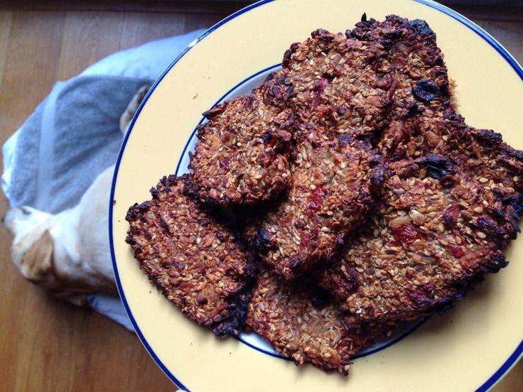 Havermout koekjes met banaan,sojamelk, goijbes, rozijn, tarwe vlokken, sesam, lijnzaad. De volgende dag in de broodrooster, mmmmm