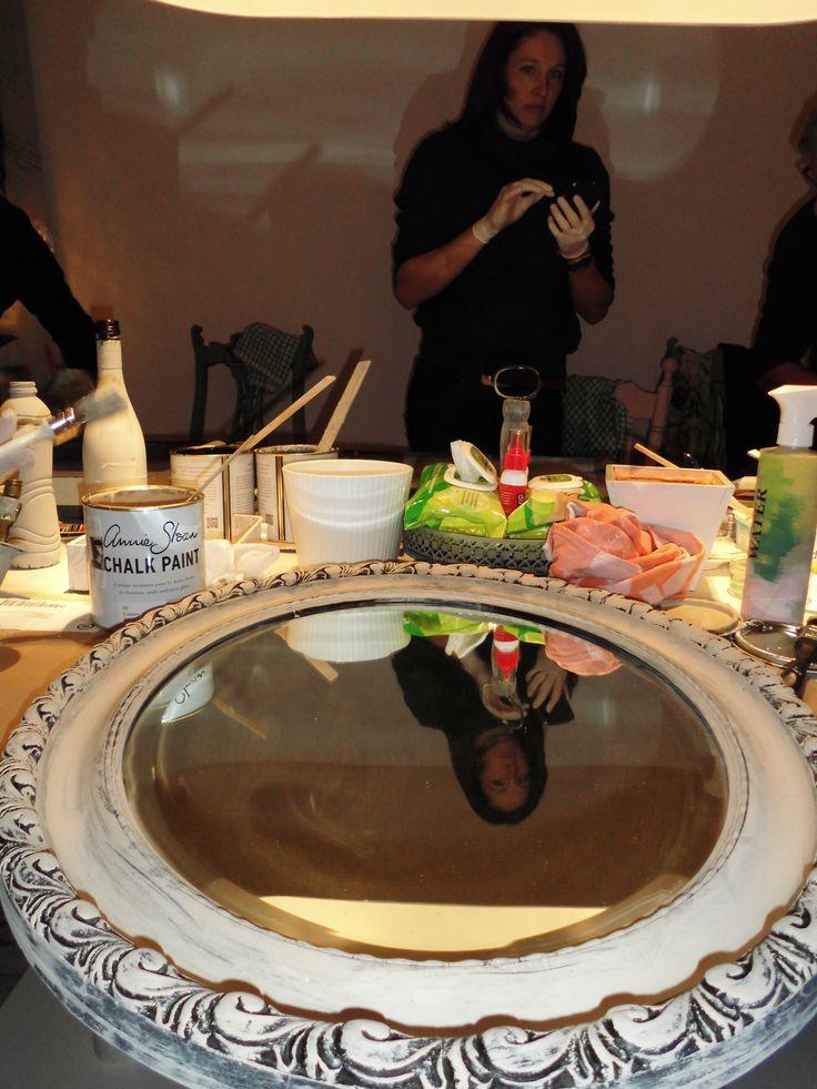 Een spiegel van hout, kunstof of what ever: Annie Sloan Chalk Paint dekt in principe ALLES en jawel: zónder schuren & gronden! Hoe leuk is dat? <3 www.lapecule.nl