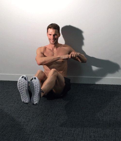 La routine sportive de Tomas Skoloudik en gifs : la rotation du buste Side Twists exercices pour les abdominaux