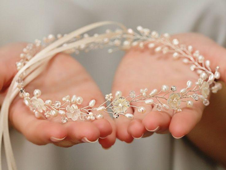 Bentiţa pentru păr este confecționată manual, din metal placat cu argint, perle, sidef şi cristale cubic zirconia transparente şi cu efect Aurora Borealis. Dimensiune totală: aproximativ 45 cm x 3 cm  ~ Livrare gratuită…