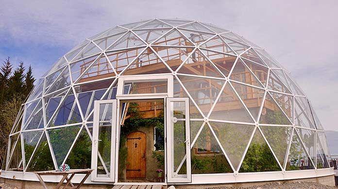 Cette famille vit dans un dôme géodésique sur le Cercle Arctique