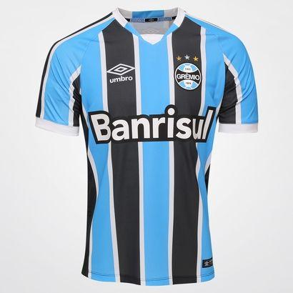A Camisa Umbro Grêmio I 2016 s/nº Azul e Preto é perfeita para mostrar o seu eterno apoio ao Tricolor dos Pampas. Garanta o novo manto e vista-se de tradição e orgulho para torcer pelo Imortal Tricolor   Netshoes
