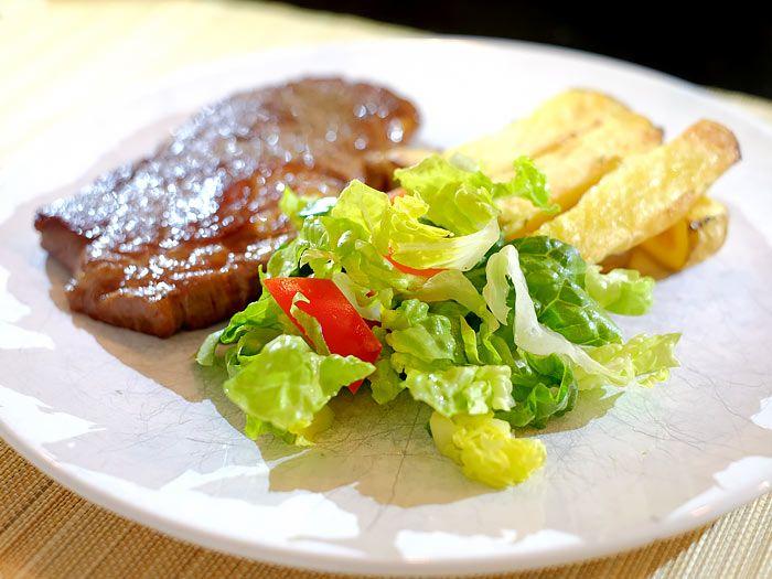 Entrecote, ambachtelijke friet en een knapperige salade. Lekker en makkelijk :)