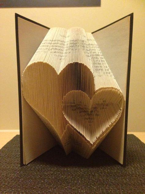 Dieses Muster kann den Ordner zum Erstellen des Musters in einem Buch abgebildet.   Es ist nicht so kompliziert wie es aussieht! Das Ergebnis ist sehr lohnend und bildet ein großes Geschenk für Freunde und Familie, können Sie sogar Ihr abgeschlossene Buch verkaufen!  Für dieses Muster benötigen Sie ein Hardcover Buch mit 21cm hoch (andere Größen können verwendet werden) und 253 Falten (506 Seiten)  Wenn Sie irgendwelche Fragen, bitte haben kontaktieren Sie mich und ich werde mein Möglichstes…