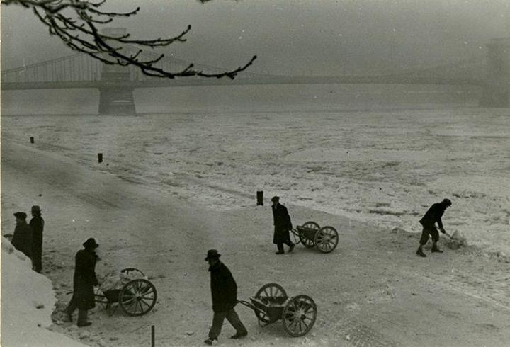 A hóeltakarítók a havat a Dunába hordják, 1930-as évek.