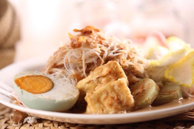 Ketoprak Telur Asin Kacang Mede  Toge, tahu goreng dan bihun yang di sajikan dengan saus kacang mede. Telur asin sebagai penyempurna rasa dan kerupuk pelengkapnya