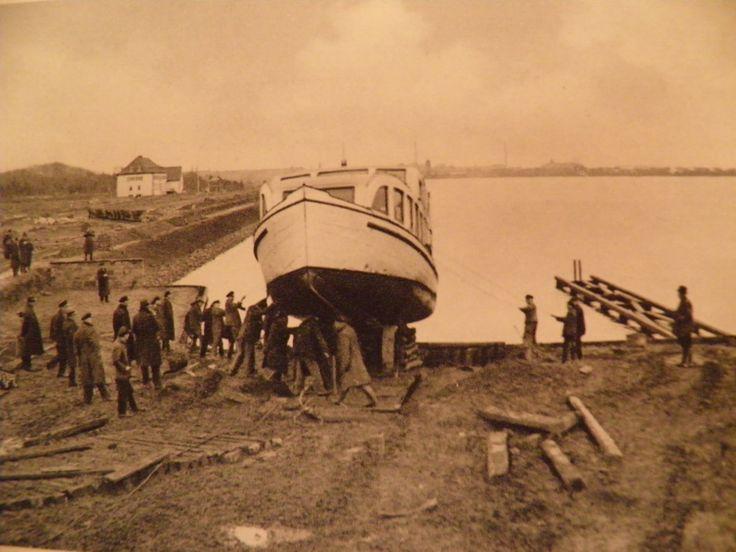 HANNOVER * Maschsee  Fährboot wird in Wasser gelassen Lake Maschsee hanover germany