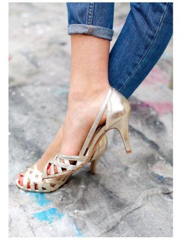 Sandales à talon dorées.