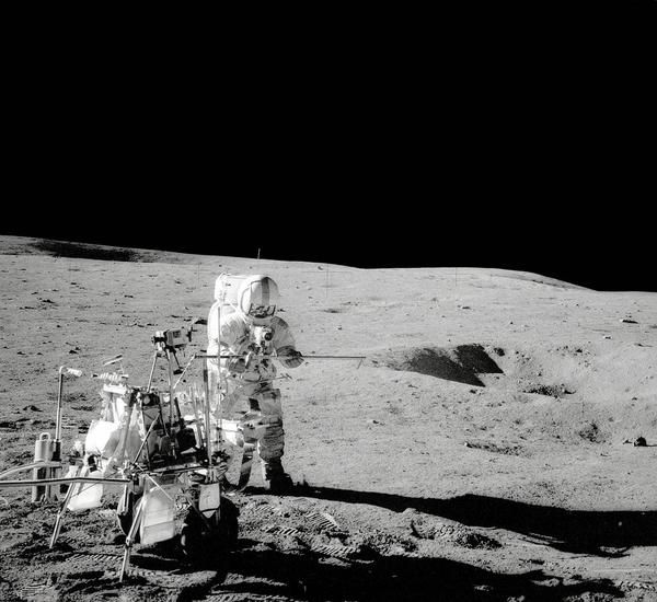 "UFO spiava le Missioni Apollo sulla Luna: ""Apollo 14 Touches Down on the Moon Alan Shepherd standing by Modular Equipment Transporter"""