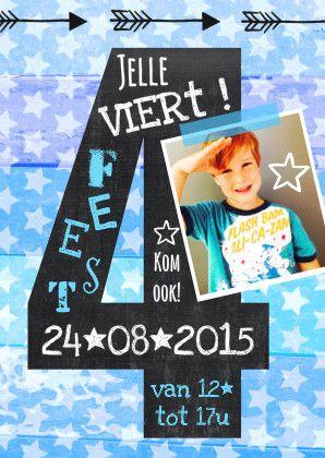 Hippe uitnodiging 4 jaar schoolbord illustratie jongen, hout en sterren bij je foto. 4 jaar? Dan is dit DE uitnodiging voor een super hip feest!