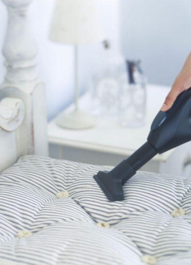 Удаляем пыль с жалюзи Обмотайте кухонные щипцы тканью, закрепив ее банковскими резинками. Этому трюку я научилась у профессиональной горничной.Пылесосим оконную раму Используйте втулку от туалетной бу...