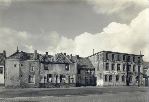 Vroeger stond er op de Oude Vest, waar nu de bibliotheek is gevestigd nog een rij huizen, met een straatje er achter. Dit waren oude gammele huisjes. In het pand rechts was het schildersbedrijf van mijn Opa gevestigd. De E.B.S.O., Eerste Bredase Schilder Onderneming.