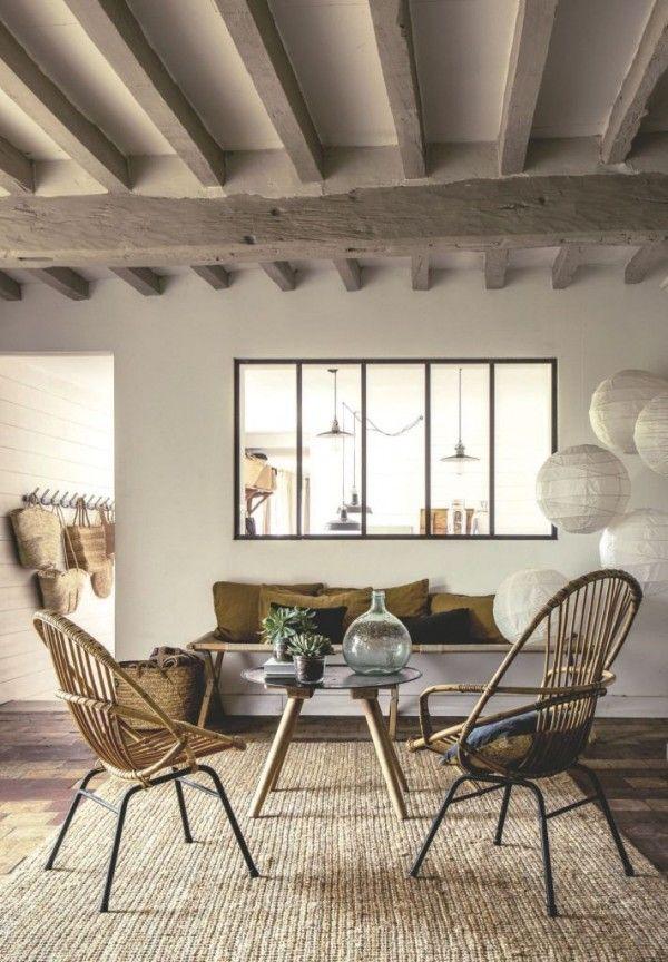 Une verrière entre le salon et la cuisine dans un intérieur style déco campagne brocante