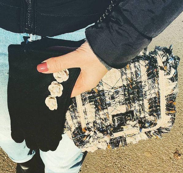 Borsa in stile Chanel abbinata a guanti con elegantissime applicazioni a forma di camelie  #Rosavelvet #shoponline #madeinitaly #bag #borsa #coco #chanel #guanti #gloves #elegance #fashion
