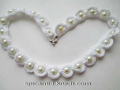 Pearl and thread crochet necklace with tutorial to show you how.  Schematic provided. Will need to translate but even in English the terms of description are different than American.