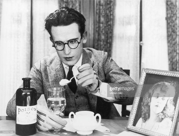 Lloyd, Harold *20.04.1893-+Schauspieler, Komiker, USA- in dem Stummfilm 'Harold Lloyd: Nur nicht schwach werden' (USA, 1921). In der Szene spielt H.L. einen Selbstmoerder, der Gift in sein Weinglas schuettet. - 1921