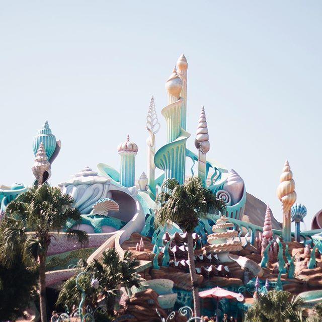 Hoje foi dia de riscar mais um item da (eterna) lista de sonhos para realizar 😌 Eu e o @hasegawaphoto passamos o dia na Disney Sea 😍🍀☕️🍯🍀 Nem acredito que vi tudo aquilo de perto 😱 Espero que não demore muito pra voltar e pra conhecer Disneyland aqui de Tóquio 🇯🇵❤️ #disney #disneysea