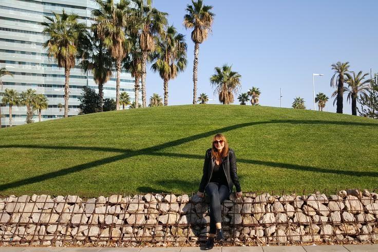 Jolanthe frente al edificio Illa de Mar de Barcelona.