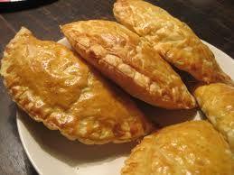 En Samosa is een Indiaase snack en is vegetarisch erg lekker en heeft veel smaak door de specerijen. Eigenlijk is en een soort groente...