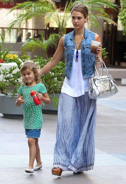 Jessica Alba, falda larga chaleco de jean                              …