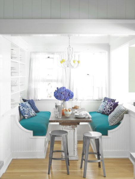 Charming breakfast nook featured at eclecticallyvintage.com