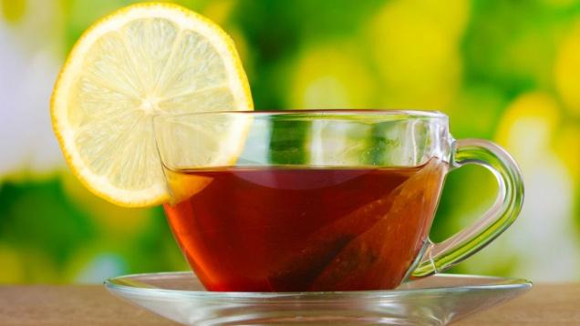Picie dużych ilości herbaty z cytryną to również domowy sposób na kaszel. Cytryna zawiera dużo witaminy C oraz ma działanie antybakteryjne.
