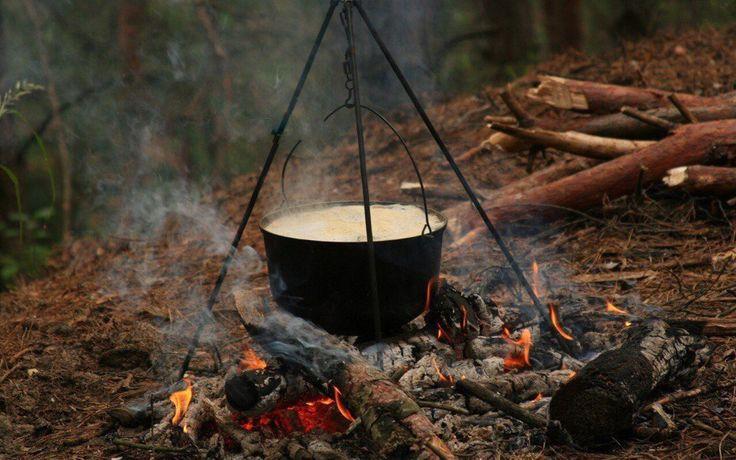 КУЧА КОРОТКИХ РЕЦЕПТОВ, ПОНЯТНЫХ ДЛЯ ПРИГОТОВЛЕНИЯ В ПОХОДЕ.    Количество продуктов дано в расчете на группу в 8-10 человек.    ►Суп картофельный со свежим мясом.  Сварить мясной бульон. Очищенный лук нарезать, поджарить на масле или жире, снятом с бульона. Нарезанный картофель вместе с поджаренным луком положить в кипящий бульон, добавить соль, лавровый лист, перец и варить 25-30 мин. Картофельный суп можно варить не только на мясном, но и на рыбном бульоне. На 1,5 кг мяса - 3 кг…