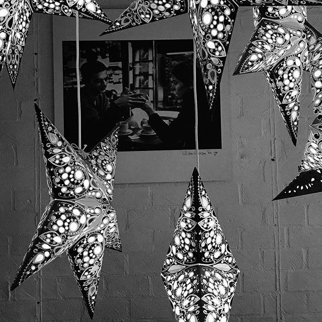 #blackandwhitephoto #blackandwhite #blackandwhitephotography #bnw #bnwphotography #everydaypicture #photooftheday #zwartwitfoto #zwartwitfotografie #elkedageenfoto #fotovandedag #project2017 #stars #sterren #light #licht #lampen #photoframe #fotolijst #drinkingcoffee #koffiedrinken #restaurant #coffee #coffeecorazon #amersfoort #krommestraat #niceplace #gezellig #hightea #withthekids