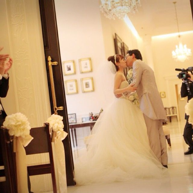 木曜日♡ * 一週間早すぎて 忘れそうになっちゃう(´∀`;) * 誓いのキスはおでこに❤︎⍤⃝ そして最後にクロージングキス * これもお気に入り♪☻( •ॢ◡-ॢ)-❤ #tbt #weddingtbt  #wedding #結婚式 #挙式 #dress #verawang #バレリーナ #バルーンベール  #クロージングキス #kiss #アーヴェリール迎賓館
