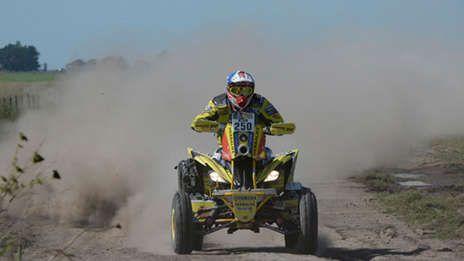 Ignacio Casale, campeón en el 2014, se llevó la primera etapa entre los cuatriciclos. Le sacó más de un minuto a Sonik. Jeremías González Ferioli fue el mejor argentino: sexto. Lucas Bonetto tuvo problemas con su Honda y marcha 25°.